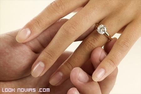 anillo de compromiso en el dedo anular