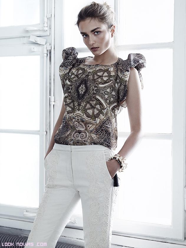 Pantalón blanco con blusa estampada de manga corta
