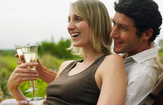 pareja tomando copa de champán