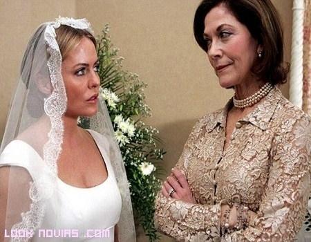 Novia de blanco con madrina