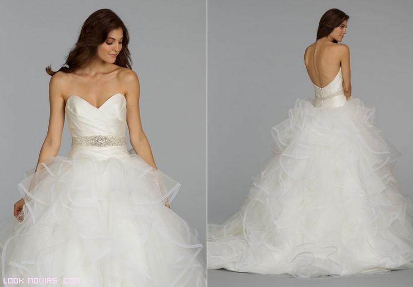 Vestido de novia con volantes y cinturón joya