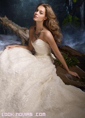 novias elegantes con vestidos de corte A