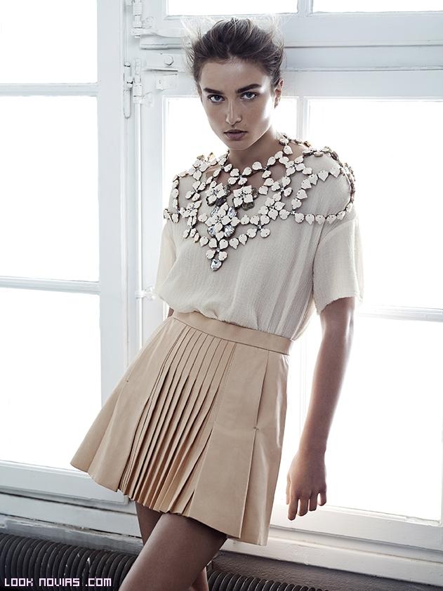 Faldas cortas y blusas con collares joya