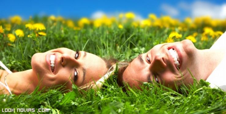 pareja sonriente en el campo