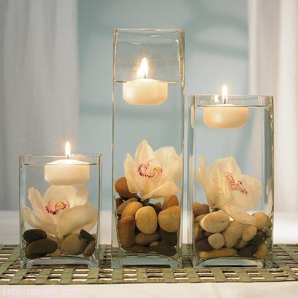vasos altos con flores y velas