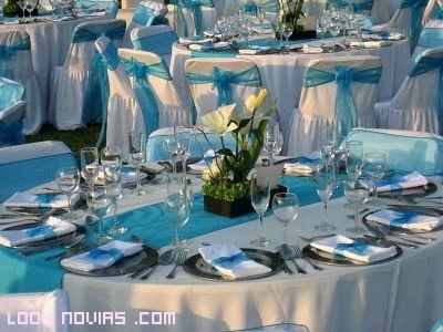 Mesas y sillas decoradas en azul