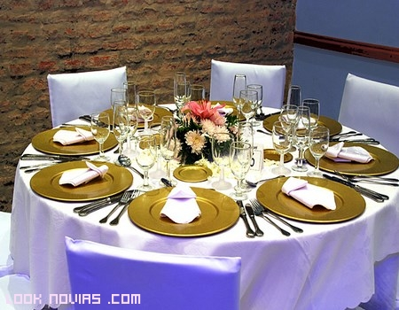 mesas con color dorado