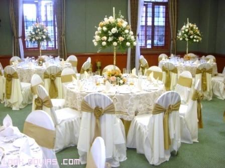 mesas en blanco y dorado para bodas