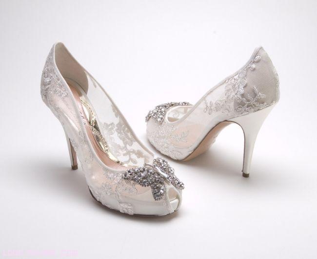 novias con zapatos de encaje