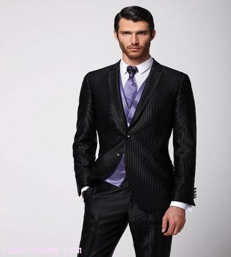 Trajes oscuros con corbata de color