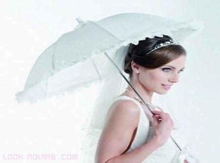 novias elegantes con paraguas