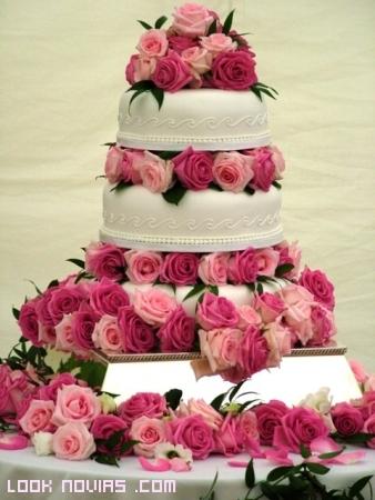tarta de bodas blanca y rosa