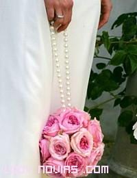novias sencillas con ramos de colores