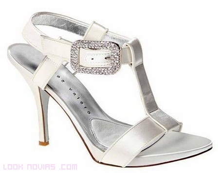 Zapatos modernos para novias con pedrería