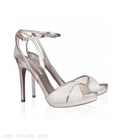 sandalias en blanco y metalizadas