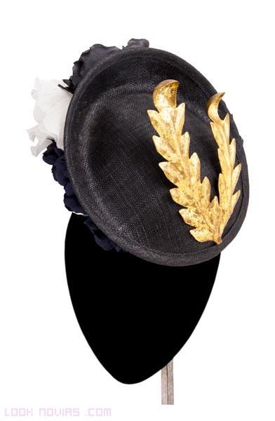 tocados con sombrero y plumas