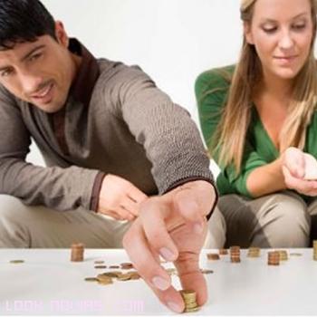 parejas contando dinero