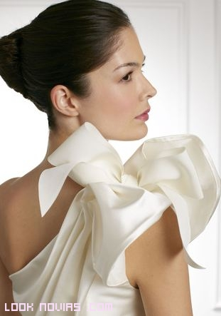 novias elegantes con vestidos blancos