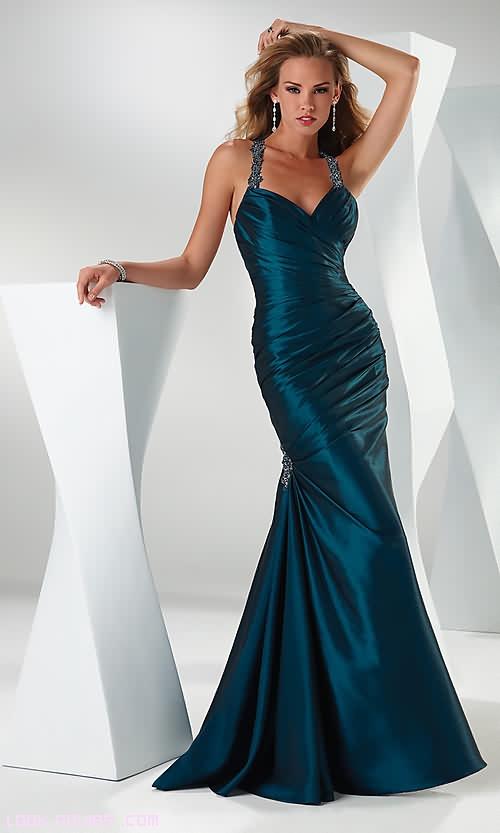 vestidos drapeados con broches elegantes