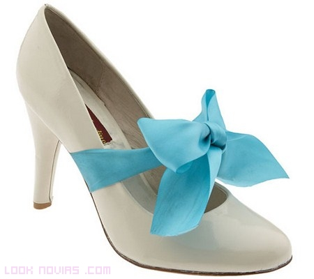 zapatos de novia con lazos azules