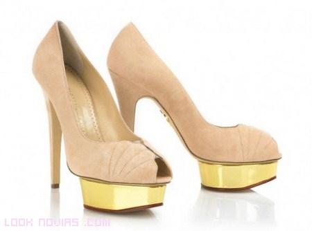 Novias con zapatos en color