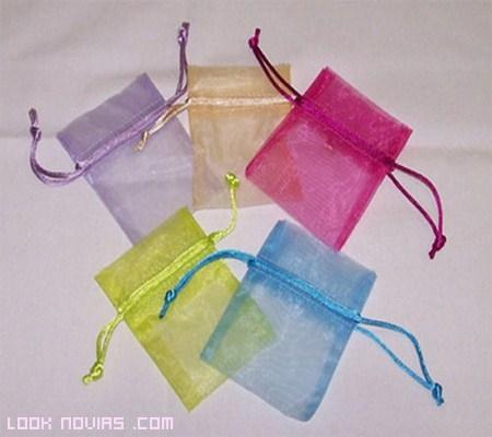 bolsas de colores con lazos para bodas