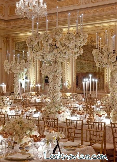 candelabros grandes con flores blancas