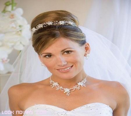 novia elegante con collar y tiara a juego