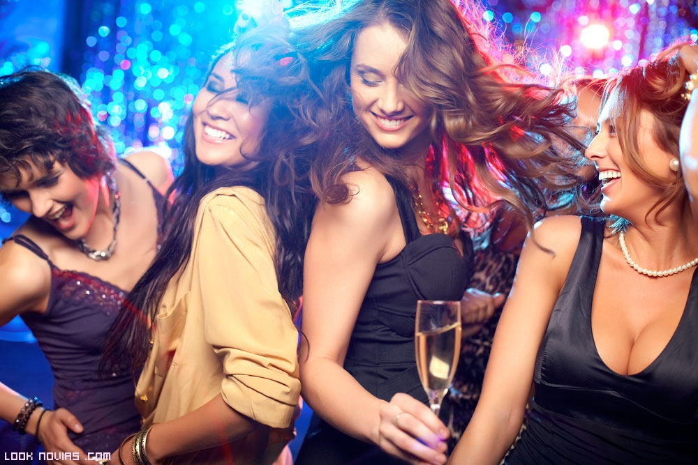 chicas bailando en una fiesta