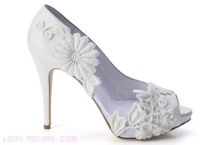 zapatos blancos de encaje