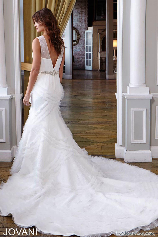 escote a pico en la espalda de novia por jovani