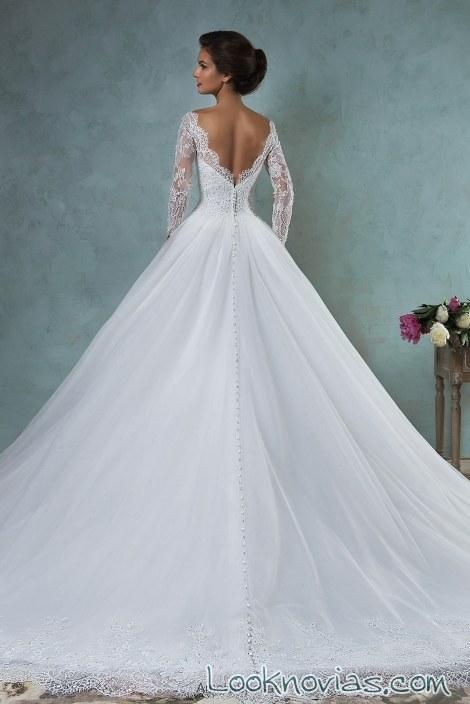 escote de novia a pico en la espalda