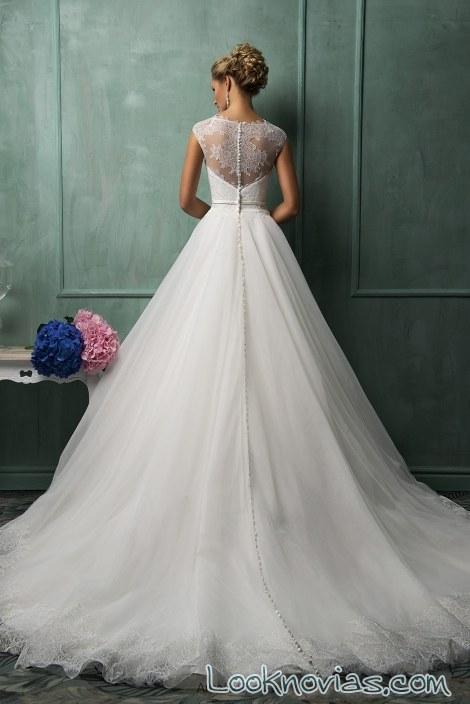 escote de novia cubierto por bordados