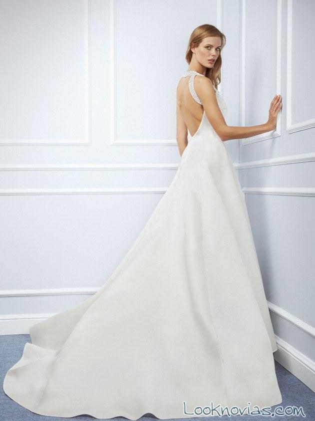 escote en la espalda de novia con traje sencillo