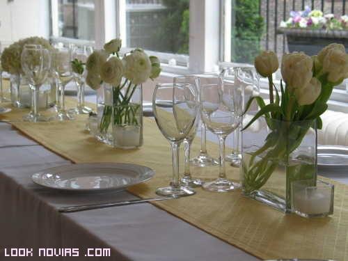 jarrones con flores blancas para boda