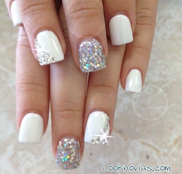 manicura blanca con purpurina
