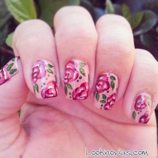 manicura con flores para invitadas