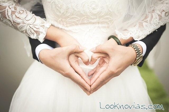 manos corazón en las fotos de novios