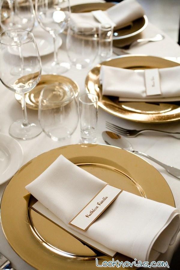 mesas de boda con platos en dorado