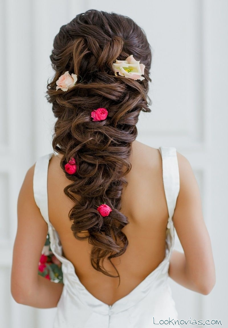 peinado de novia adornado con flores