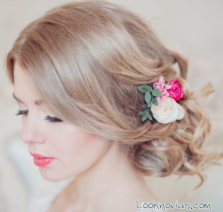 recogido lateral para novia con flores