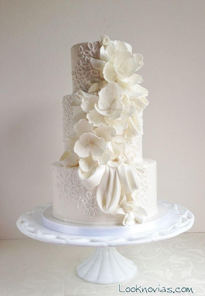 tarta blanca para boda con flores