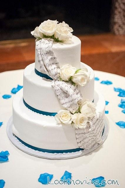 tarta de boda en azul y blanco