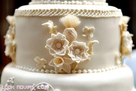tarta nupcial con flores de azúcar