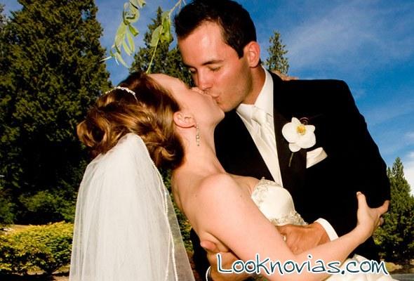 tradición del beso en los novios