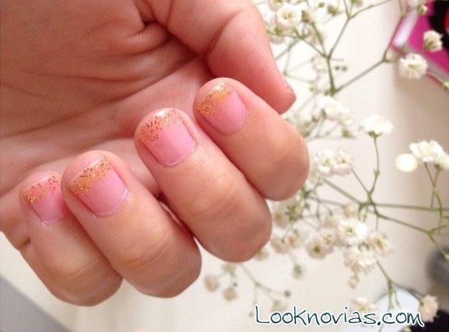 uñas rosa con brillo dorado