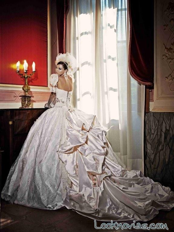 vestido amelia casablanca con cola abullonada