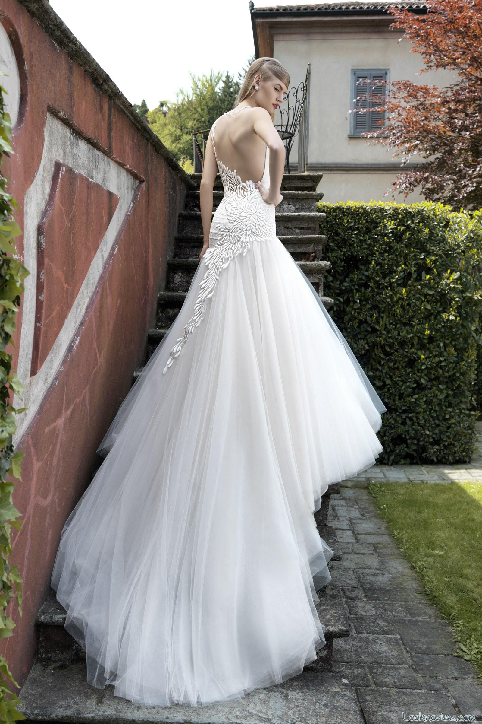 vestido con escote en la espalda, bordados y tul