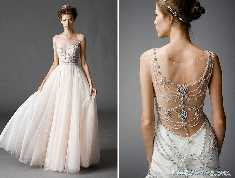 vestido con espalda de pedrería