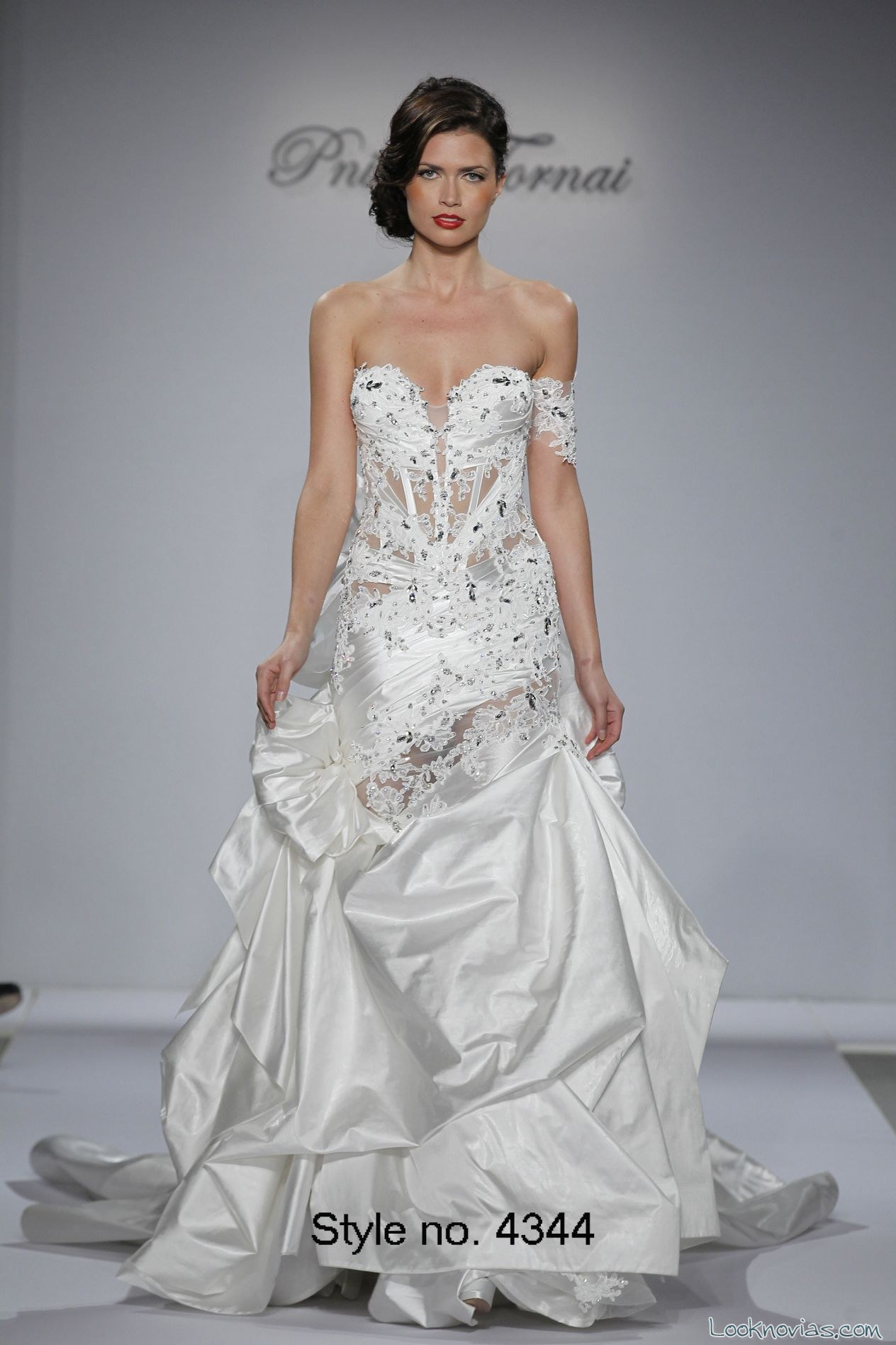 vestido con falda abullonada de novia